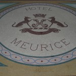 Mosaik vor dem Luxushotel Meurice in Paris