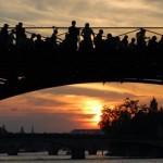 Die Künstlerbrücke ist eine Fußgängerbrücke über die Seine in Paris